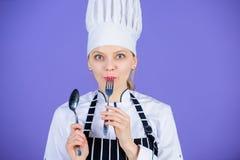 Genie?en Sie Ihre Mahlzeit Frauenchefgriffger?t-L?ffelgabel Appetit und Geschmack Traditionelle kulinarische Mahlzeit Berufskoch stockfotos