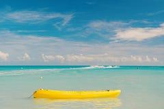 Genie?en Sie Sommer Geben Sie aufregende stjohns Antigua Besetzung der Ferien aus Seet?rkiswasser-Gelbkanu nahe Strand extrem lizenzfreies stockbild