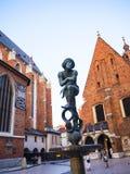 Genie Statue e quadrante di Sun sulla chiesa di Mariacki o sulla chiesa della st Marys a Cracovia Polonia immagine stock