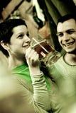 Genießen des Bieres Lizenzfreie Stockbilder