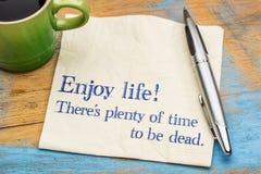 Genießen Sie lebens- Serviettenanmerkung Lizenzfreie Stockbilder