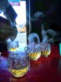 Geniet en drink van hete thee in de ochtend stock foto