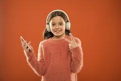 Geniet muziek van concept De beste muziek apps dat verdient luistert Het meisjeskind luistert muziek moderne hoofdtelefoons en sm royalty-vrije stock afbeeldingen