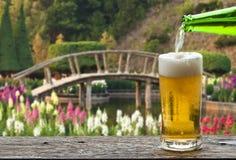 Geniet van bier met Japanse bloemtuin Stock Afbeelding