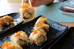 Geniet van etend Japanse keukens, diverse stijl van Sushi en Maki royalty-vrije stock afbeeldingen
