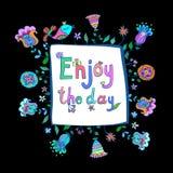 Geniet van het citaat van de dagmotivatie met krabbel bloemen leuke achtergrond Royalty-vrije Stock Fotografie