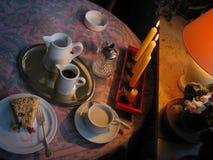Geniet van koffie en cake - uw zeker publiek zal! Stock Foto's