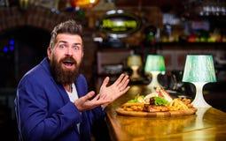 Geniet van Maaltijd Bedrieg maaltijdconcept Hongerige Hipster eet bar gebraden voedsel Restaurantcliënt Zit het Hipster formele k royalty-vrije stock foto