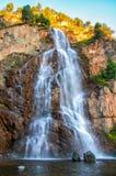 geniet van mooie waterval Stock Foto's