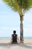 Geniet van op tropisch strand Royalty-vrije Stock Afbeelding