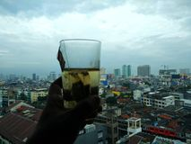 Geniet van thee en zie de scène van de stadsmening in Djakarta Indonesië stock foto's