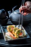 Geniet van uw die sushimengeling van verse groenten en zeevruchten wordt gemaakt Stock Afbeeldingen