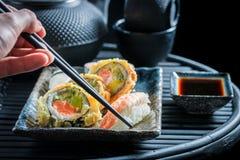 Geniet van uw die sushireeks van verse groenten en zeevruchten wordt gemaakt Royalty-vrije Stock Foto