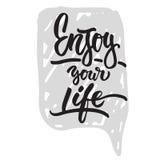 Geniet van uw het leven hand getrokken het van letters voorzien uitdrukking op de grijze achtergrond van de bellentoespraak De in royalty-vrije illustratie