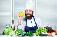 Geniet van uw maaltijd Chef-kokmens in hoed Geheim smaakrecept Het op dieet zijn en natuurvoeding, vitamine Gebaarde mensenkok in stock foto's