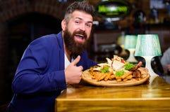 Geniet van uw maaltijd Hoge caloriesnack Ontspan na harde dag Heerlijk voedsel Zit het zakenman formele kostuum bij restaurant royalty-vrije stock foto's