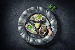 Geniet van uw oesters op ijs met citroenen Royalty-vrije Stock Fotografie