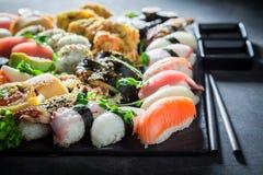Geniet van uw sushi mengen zich met garnalen en rijst Stock Foto's