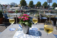 geniet van witte wijn in het zuiden van Frankrijk Stock Foto's