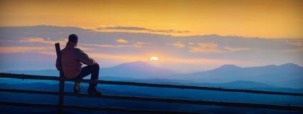 Geniet van zonsopgang in bergvallei Stock Foto's