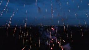 Geniet vuurwerk van vertoningen Spectaculaire vuurwerkvertoningen, vuurwerk dat in de nacht danst en de horizon verlicht stock videobeelden