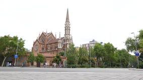 Genieten de Katholieke de kerkklokken die van Barcelona toeristen bellen van historische architectuur stock videobeelden