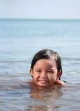 Genieten van van het meisje zwemt bij het strand royalty-vrije stock afbeeldingen