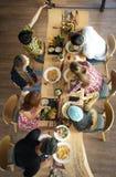 Genietend van diner met vrienden en neem een beeld met mobiele telefoon vóór hebben lunch in restaurant stock foto's