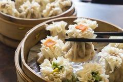 Genietend van traditionele Chinese bol genoemd Shumai royalty-vrije stock foto