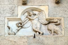Genio Funerario com tocha de cabeça para baixo, catedral de Modena foto de stock