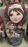 Genistete Puppen im Geschäftsfenster lizenzfreie stockfotos