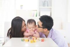 Genitore asiatico che gioca con il bambino fotografia stock libera da diritti