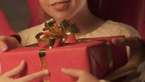 Genitore che dà regalo alla figlia felice, Buon Natale nell'infanzia, primo piano video d archivio
