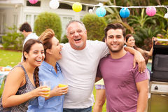 Genitore con i bambini adulti che godono del partito in giardino fotografia stock