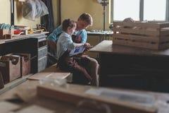 Genitore e bambino in carpenteria fotografie stock