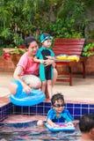 Genitore e fratello germano che giocano all'aperto Concetto di vacanze estive Fotografia Stock