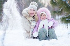 Genitore felice e bambino che giocano con la neve nell'inverno Fotografie Stock Libere da Diritti