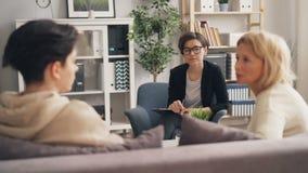 Genitore interessato che parla con adolescente irritato che ascolta il consiglio del terapista archivi video