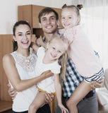 Genitori allegri con due figlie Fotografie Stock Libere da Diritti