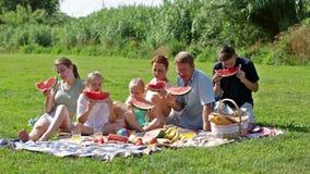 Genitori allegri con quattro bambini video d archivio