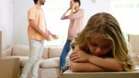 Genitori arrabbiati che discutono dietro una ragazza triste stock footage