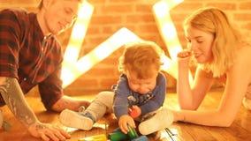 Genitori che baciano infante adorabile archivi video