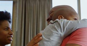 Genitori che consolano il loro figlio a casa 4k video d archivio