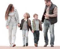 Genitori che discutono che con i loro bambini durante la passeggiata fotografia stock libera da diritti