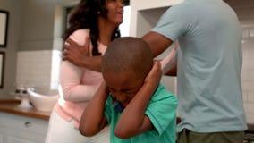 Genitori che discutono davanti al figlio stock footage