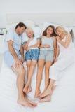 Genitori che dormono con i loro bambini Fotografia Stock