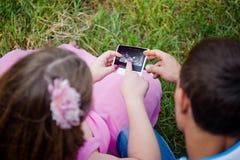 Genitori che esaminano ricerca di ultrasuono fotografia stock