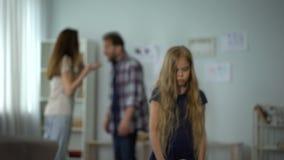 Genitori che fightting e che trascurano piccola figlia, problemi in famiglia, divorzio video d archivio