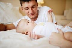 Genitori che giocano con il bambino a letto Fotografia Stock Libera da Diritti