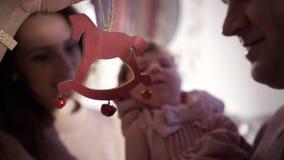 Genitori che giocano con la figlia infantile archivi video